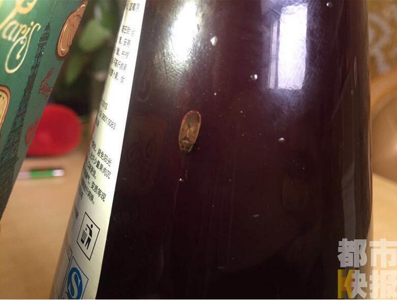咸阳市民购买果汁饮料未开封 发现类似蟑螂虫子