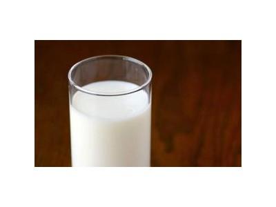 学生牛奶疑有隐患,不追究牛奶而让班主任试喝?荒唐