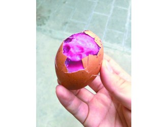 鸡蛋煮熟后蛋白变成玫红色 专家:或是病变所致,不建议食用