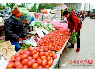 """记者揭秘西红柿咋这么""""长寿""""放俩月不坏"""