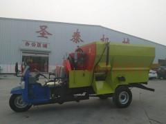 三轮车带动的TMR搅拌机  饲料自动撒料车